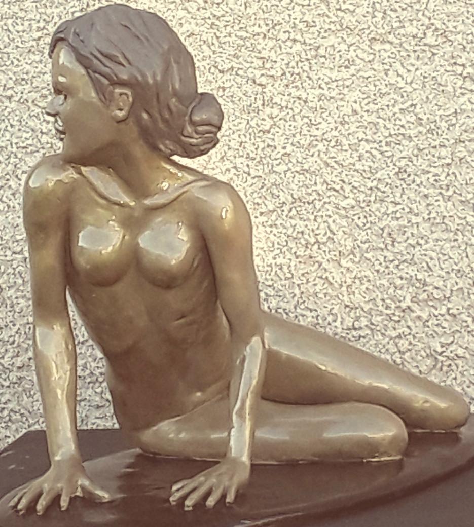 Sculpture femme nue, assise