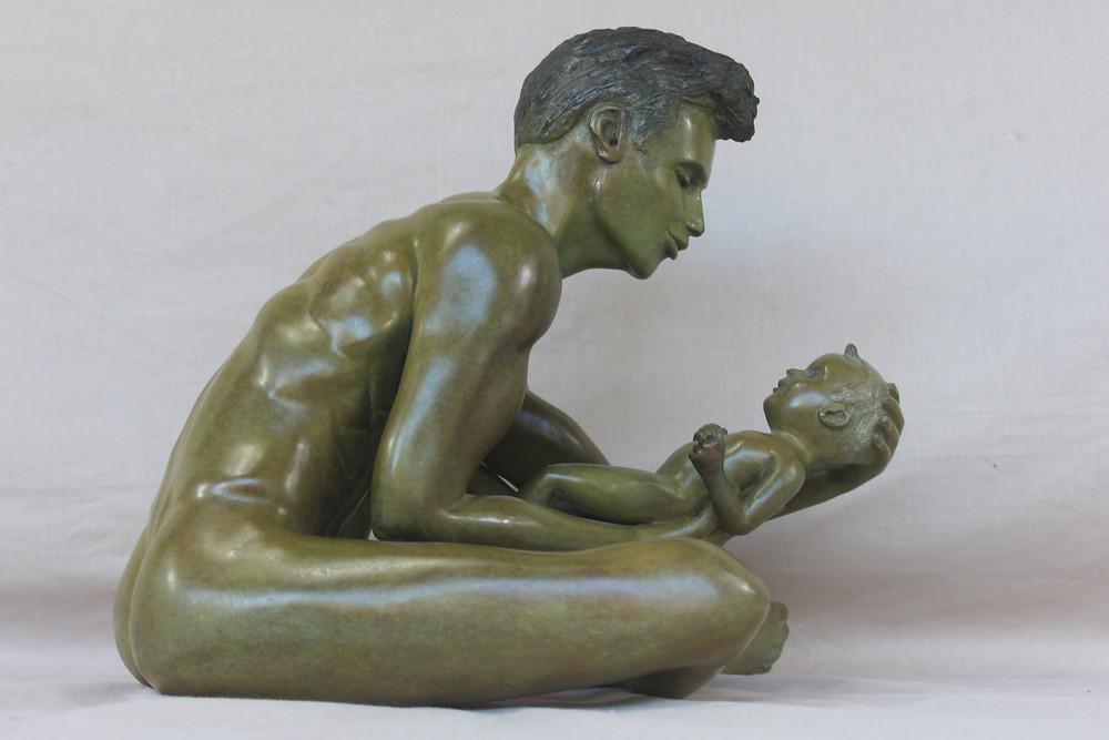 Un père tendre et bienveillant et son enfant, sculpture bronze