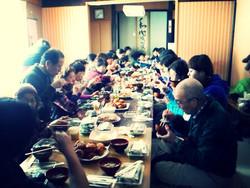 冬のかんじきハイクでのにぎやかな昼食!