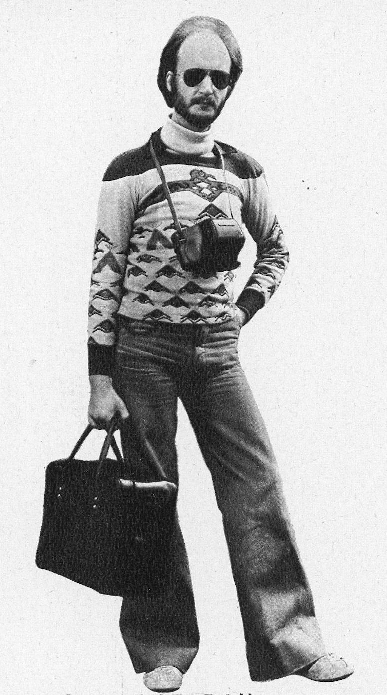 Un fotoamatore del 1975 con la sua attrezzatura, da Fotografare Dicembre 1975, pag. 66