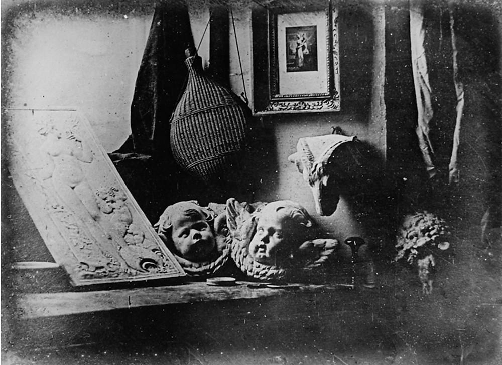 """""""L'Atelier dell'artista"""", dagherrotipo del 1837 realizzato da Louis-Jacques-Mandé Daguerre in persona, è la più antica natura morta fotografica giunta fino a noi"""