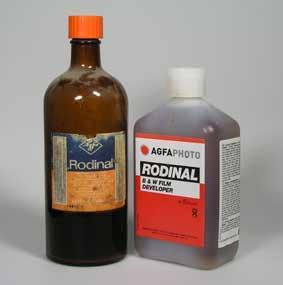 Una bottiglia vintage di Rodinal vicino ad una attuale