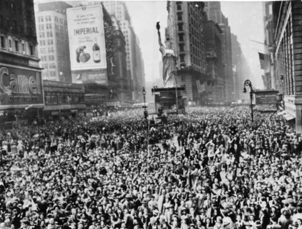 La folla scesa in piazza a Times Square per festeggiare il V-Day