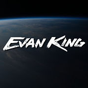Fotografía del planeta Tierra con el texto Evan King