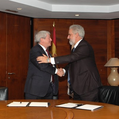 Lockheed Martin Executive Vice President Dale Bennett (left) shakes hands with Navantia President Esteban García Vilasánchez