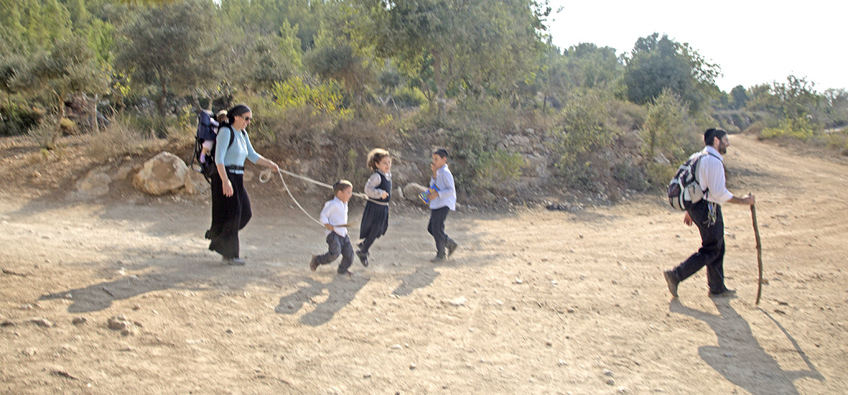 ISRAELI FAMILY ON A COUNTRY OUTING