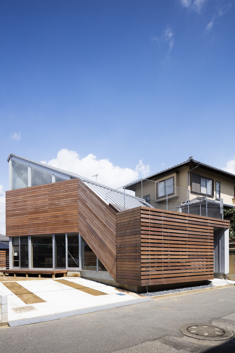 木製ルーバーの外壁-zauus0102