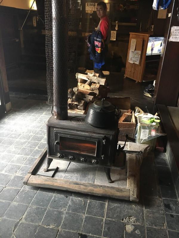 玄関へ入ると薪ストーブが冷えた身体を温めてくれます。ノスタルジーのスイッチを入れるに十分な装置。
