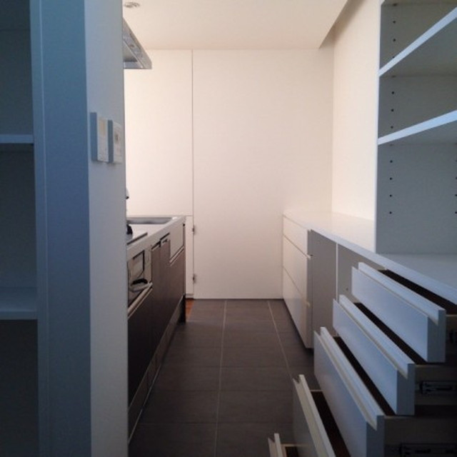 上の写真の奥にこのキッチンがある