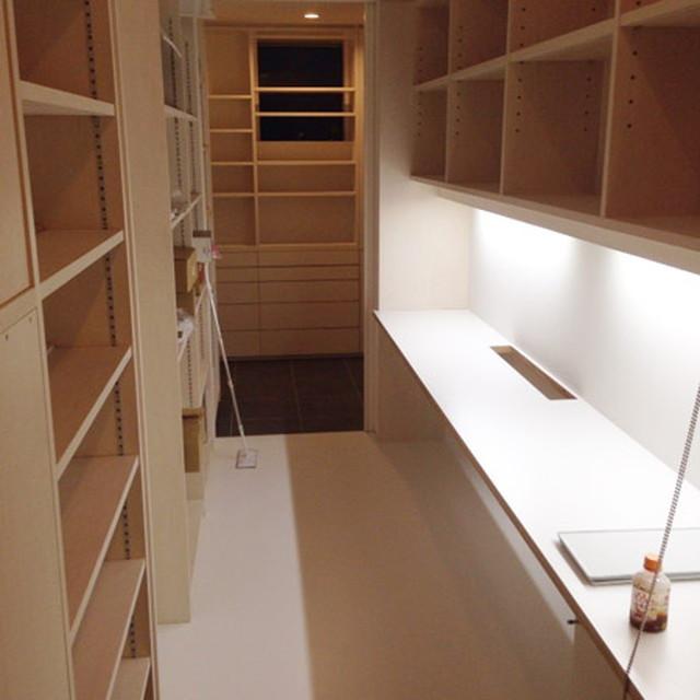 キッチンに隣接する家事スペース。ちょっとした書き物からアイロンがけまで