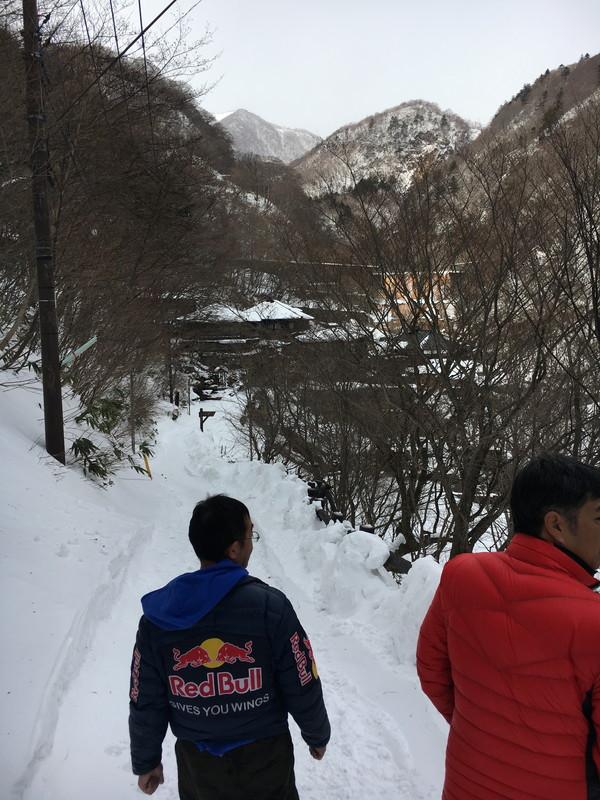 谷を下っていくと温泉郷が見えてきます