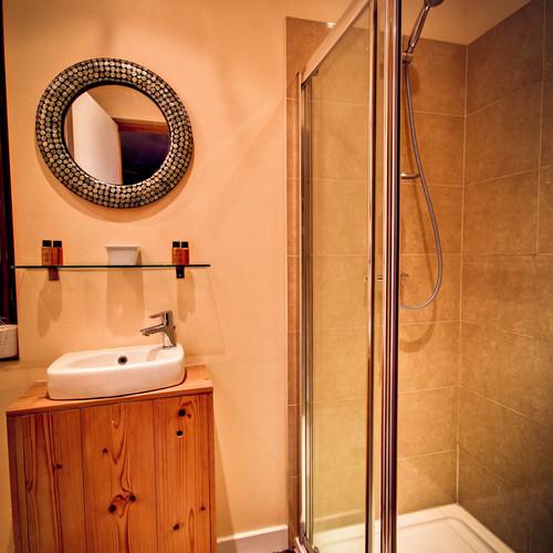 MOUNTAIN VIEW BATHROOM Room 13 Bathroom2