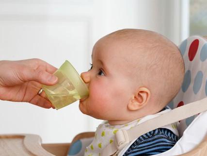 Porqué es mejor para los bebes tomar agua en un vaso con popote en vez de uno con boquilla suave
