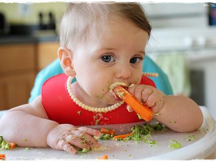 ¿Qué esperar cuando tu bebé empieza a comer?