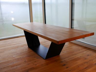 Massiver Esstisch aus Eiche und Stahl