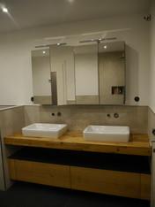Spiegelschrank und Waschtisch