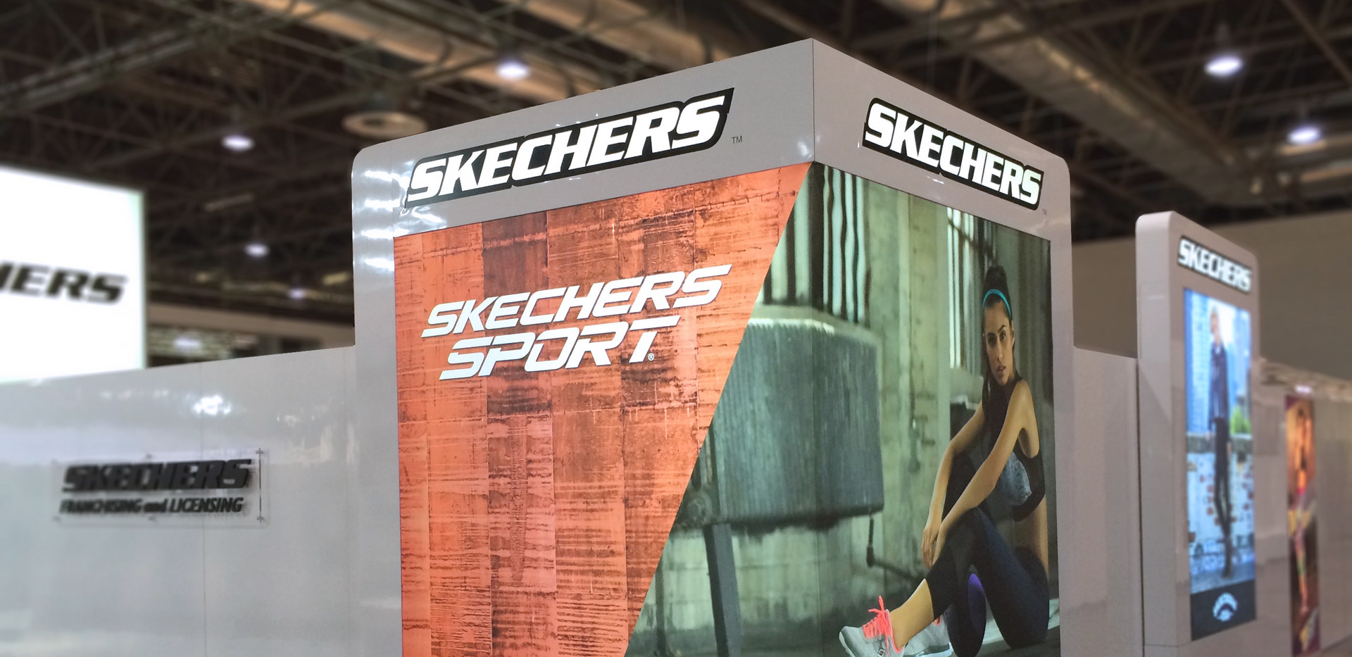 Skechers Stand Wall