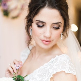 BridalHair andMakeupspecialistAmanda Whiteoffers flawless, radiant and complimentarymakeupfor brides to be on theirweddingday.