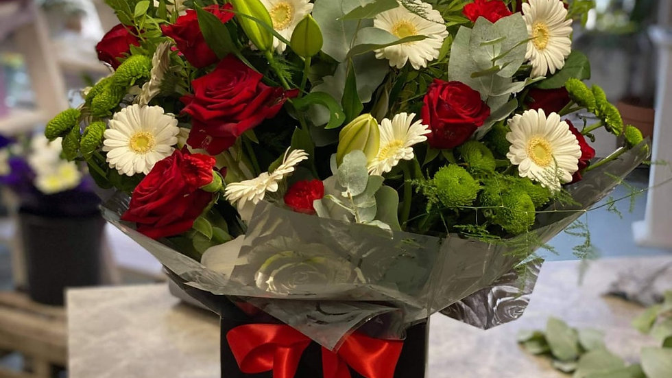 Luxury Valentine's Day mix with 10 roses