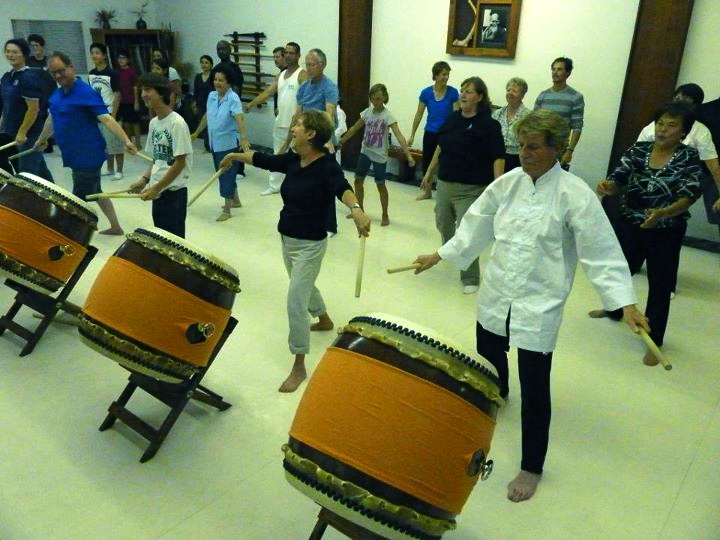 Everyone in a taiko seminar.