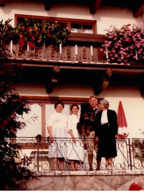 Gini mit Neffe Herzog Peter und seiner Frau Leni sowie einer Angestellten + Hund Dortschi