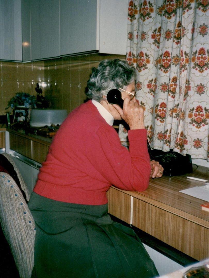 Am Telefon mit einem ihrer geliebten Gästen
