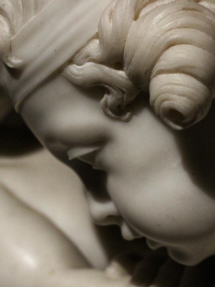 Фрагмент скульптуры братьев Иньяса и Жозефа Брош — Амуры, борющиеся за сердце. Увеличенная и видоизмененная копия первой половины XIX века по модели 1770-х годов. Автор фотографии: Давид Дивайн