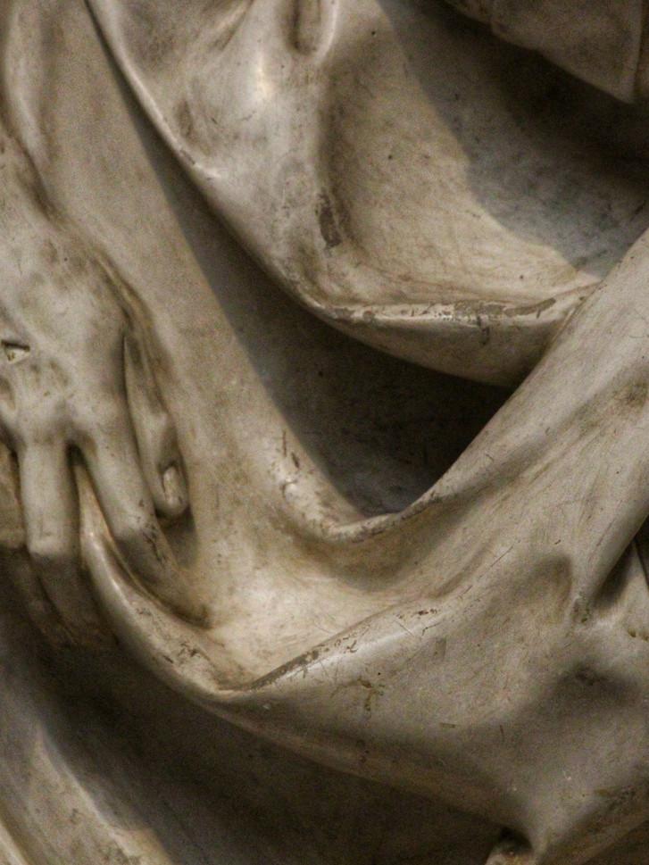 Фрагмент скульптуры Микеланджело Буанарроти — Оплакивание Христа. 1497-1500 годы. Мраморный слепок. Автор фотографии: Давид Дивайн