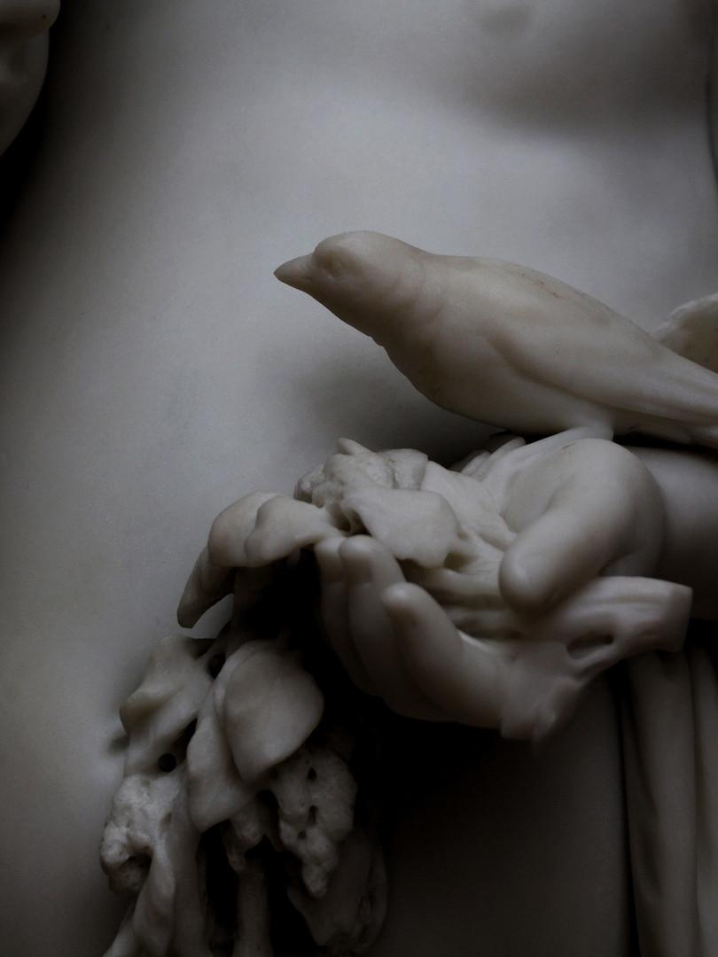 Фрагмент скульптуры Николая Лаверецкого — Девочка и мальчик с птичкой. 1868 год. Автор фотографии: Давид Дивайн