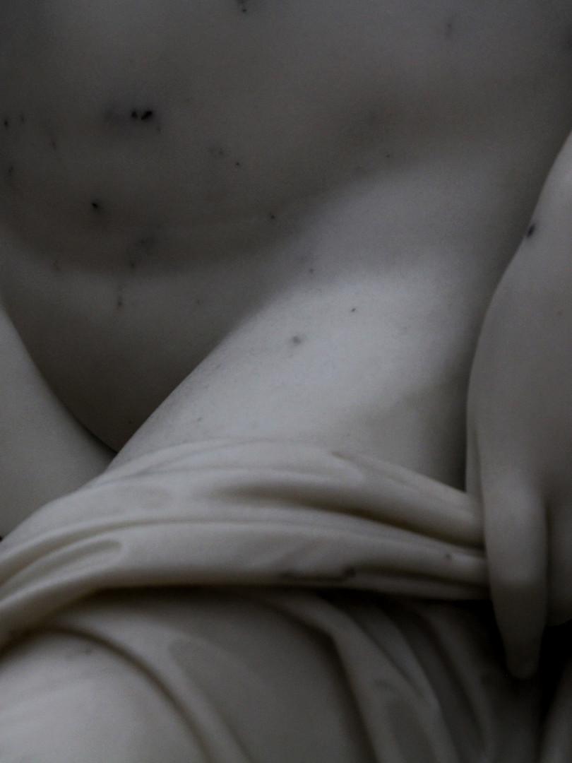Фрагмент скульптуры Петра Стравассера — Нимфа и Сатир, надевающий ей на ногу сандалию. 1849 год. Мрамор. Автор фотографии: Давид Дивайн