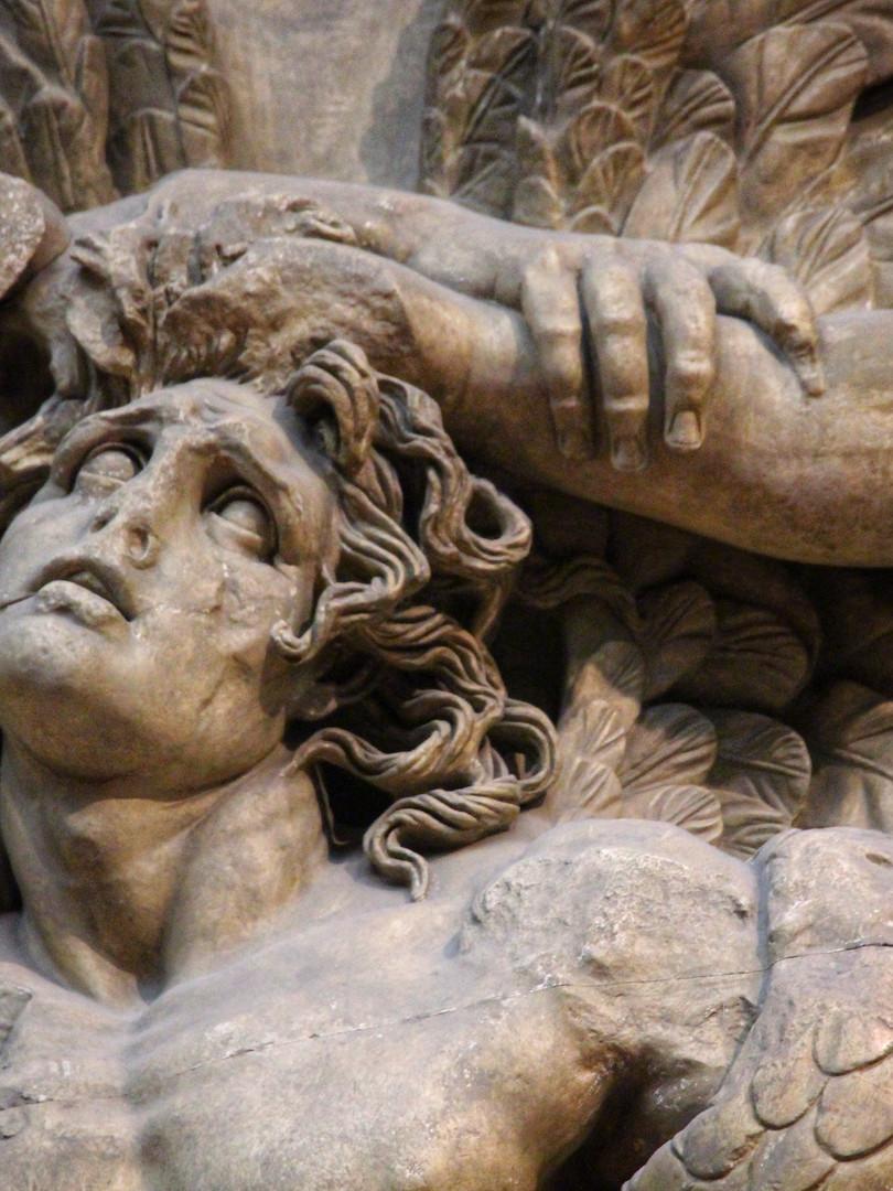 Фрагмент части фриза алтаря Зевса в Пергаме с изображением битвы богов и гигантов. Около 180 года до нашей эры. Мрамор. Автор фотографии: Давид Дивайн