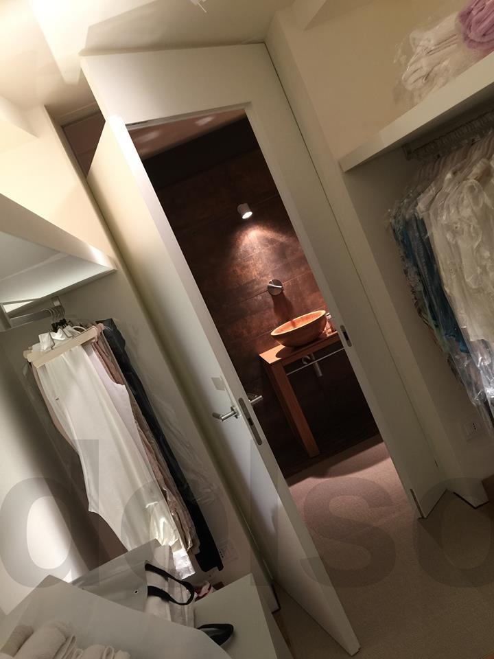 Cabina armadio - uno sguardo al bagno privato