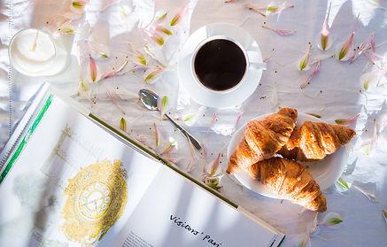 kofe-kruassany-kniga-lepestki.jpg