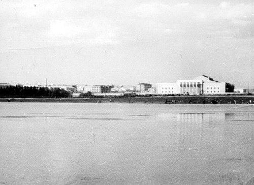 Вид на ДКГ с паркового озера 50-ые г