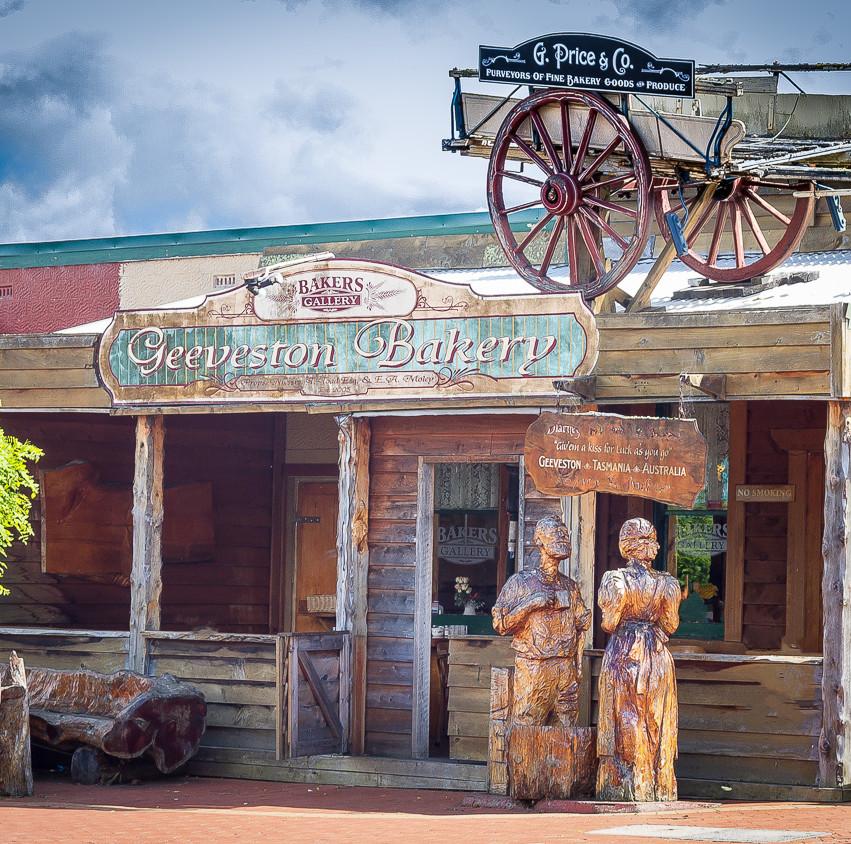 В небольших городках Тасмании часто можно увидеть деревянную скульптуру работы местных умельцев. Тасманийцы любят поделки из дерева - на фото тасманийских домов видно, что большинство из них украшены резными деревянными решетками и арнаментами.  На снимке небольшая кофейня с кондитерской в городке Гивестон. Таких примеров уличного авторского дизайна в Тасмании довольно много.
