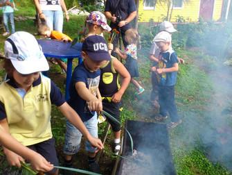 Дети на пикнике в гончарной усадьбе