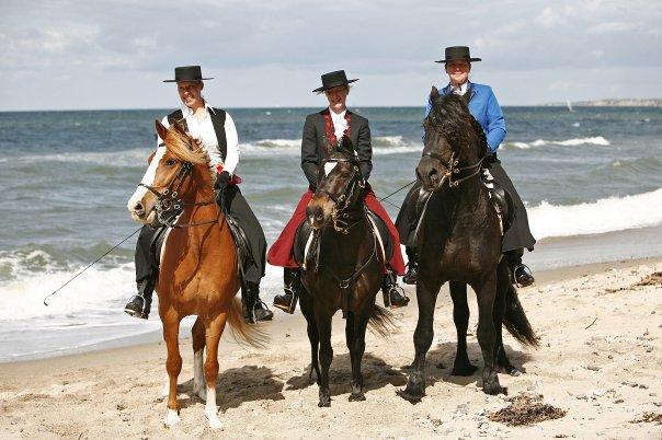 Gruppenbild am Weißenhäuser Strand im spanischen Outfit!__Mit auf dem Bild_ Sandra Gnaß mit Dino und