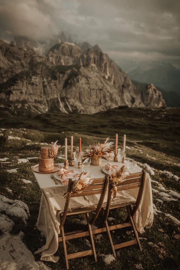 matrimonio-allestimento-montagna-design-candele-fiori-stile-boho-hippie-chic