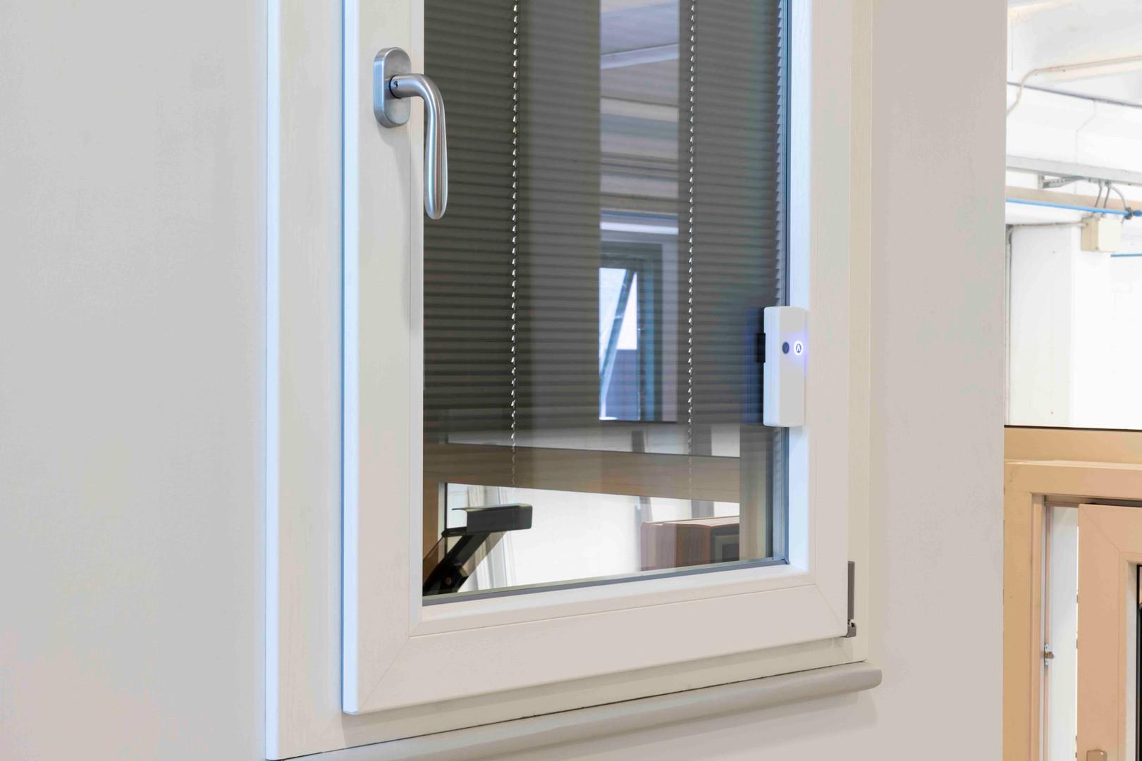 finestra in pvc con veneziana intovetro2