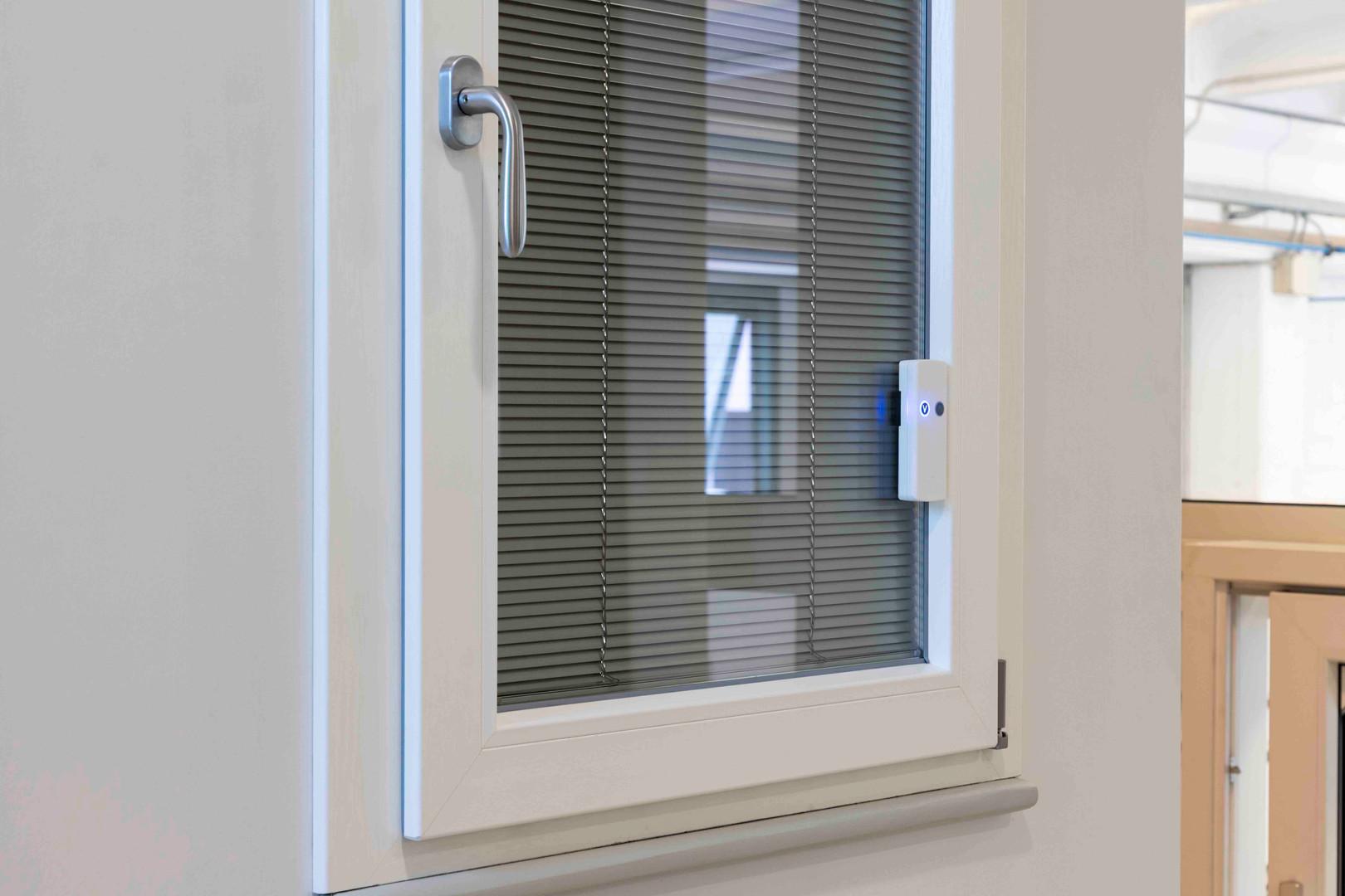 finestra in pvc con veneziana intovetro.