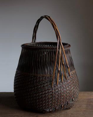 Bamboo basket by Iizuka Hochiku.jpg
