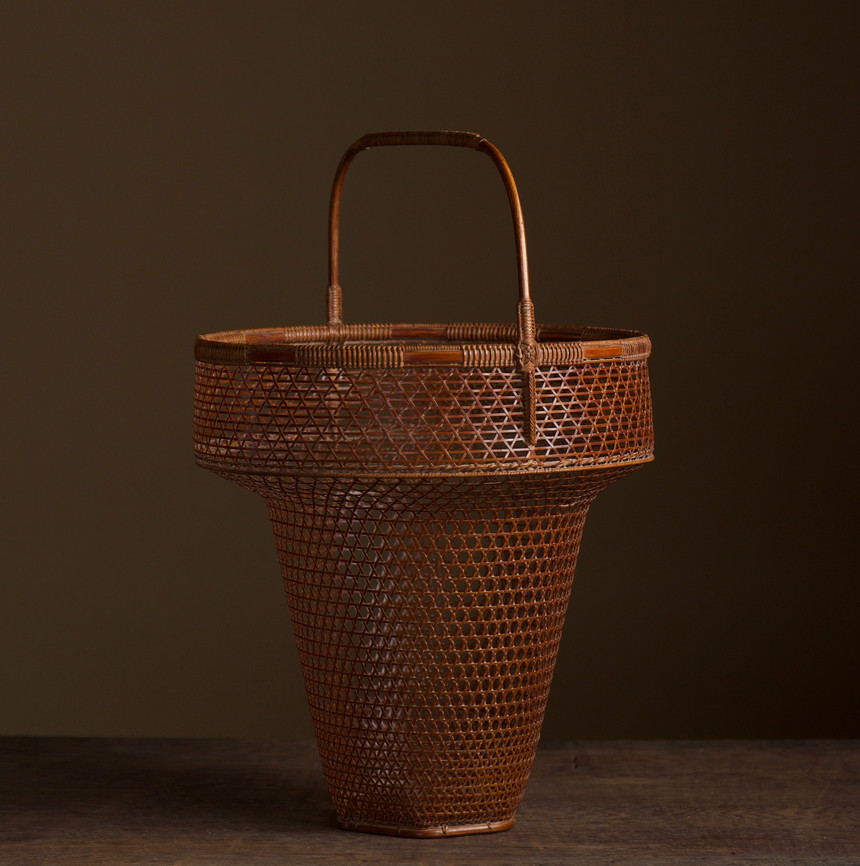 Tanabe Chikuunsai II Clown hat shaped bamboo basket 02.jpg