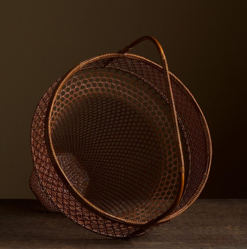 Tanabe Chikuunsai II Clown hat shaped bamboo basket 04.jpg