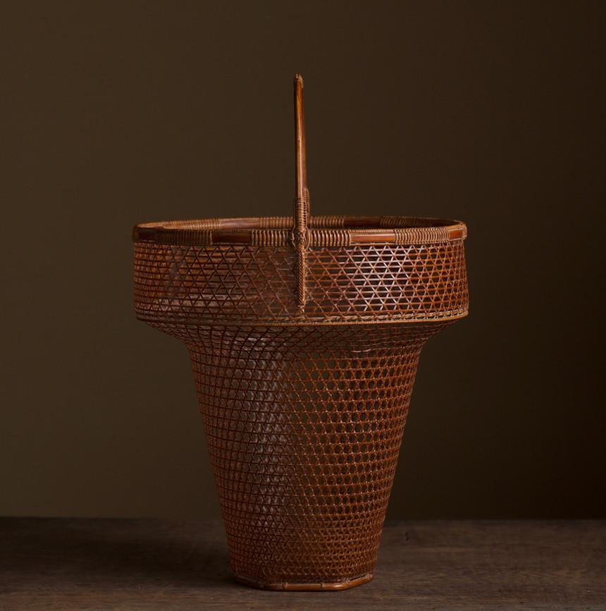 Tanabe Chikuunsai II Clown hat shaped bamboo basket 03.jpg