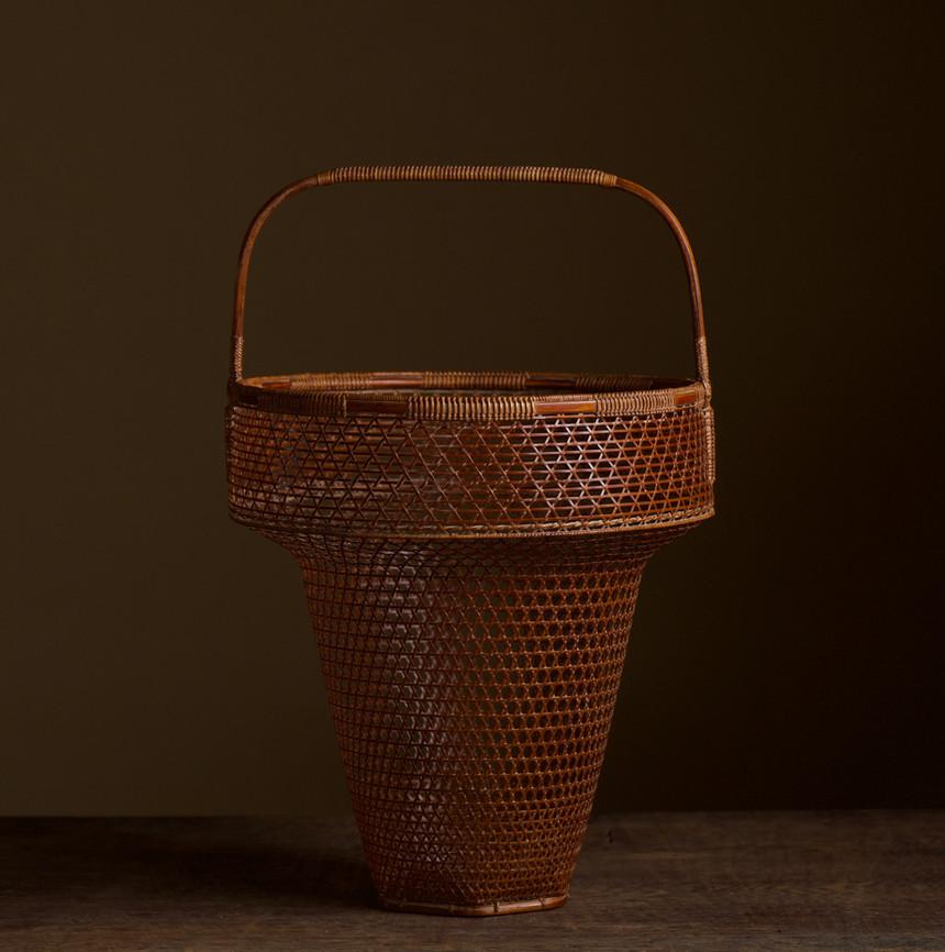 Tanabe Chikuunsai II Clown hat shaped bamboo basket 01.jpg