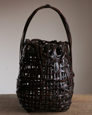 Roughly-woven bamboo flower basket of black bamboo by Wada Waichisai II.jpg