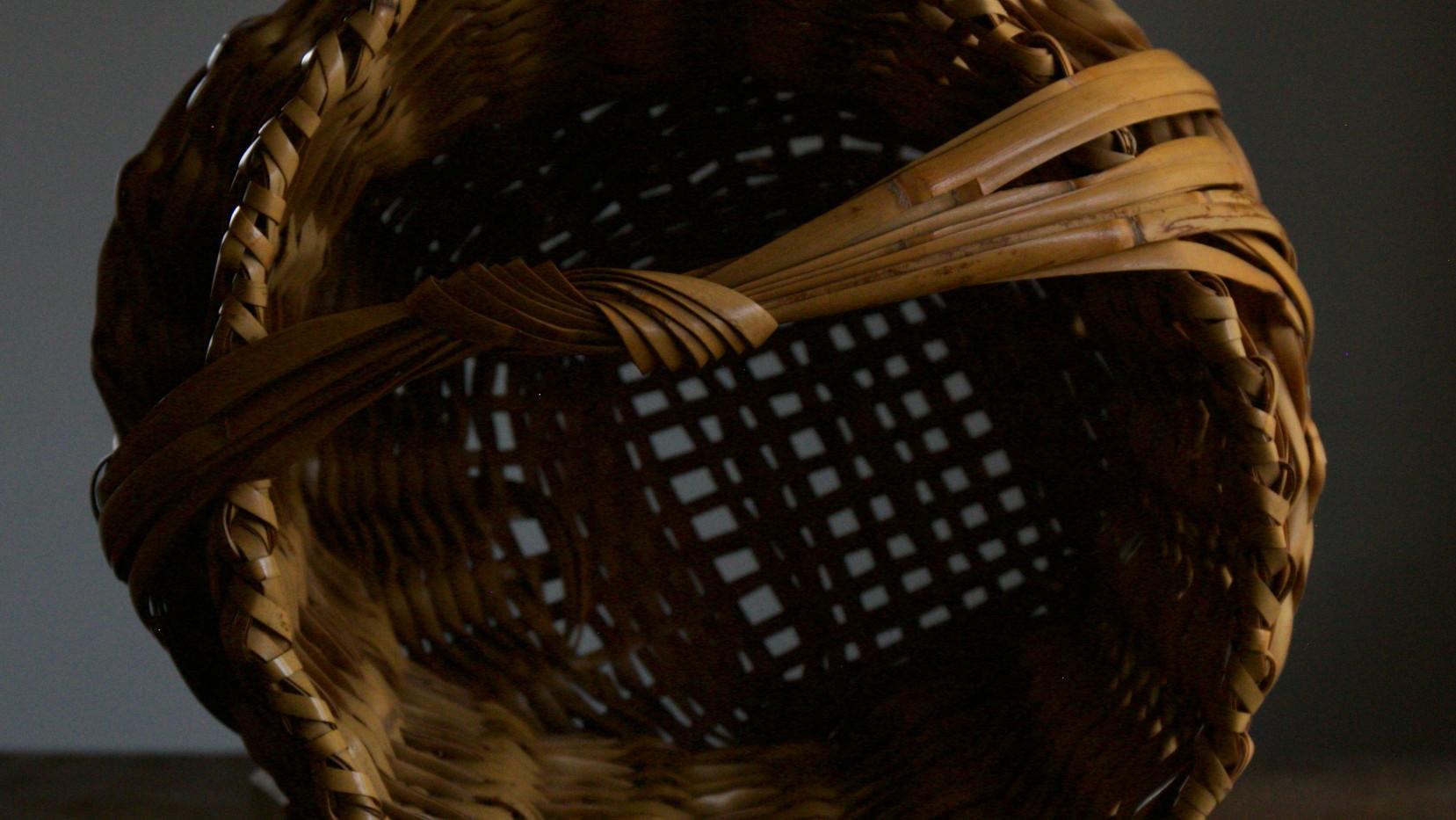 Folded basket by Iizuka Shokansai 06.jpg
