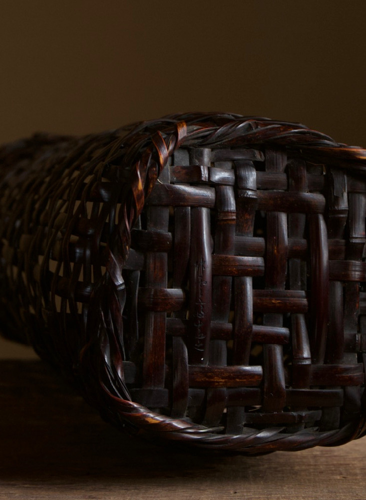 Tanabe chikuunsai I tall purple bamboo basket 05.jpg