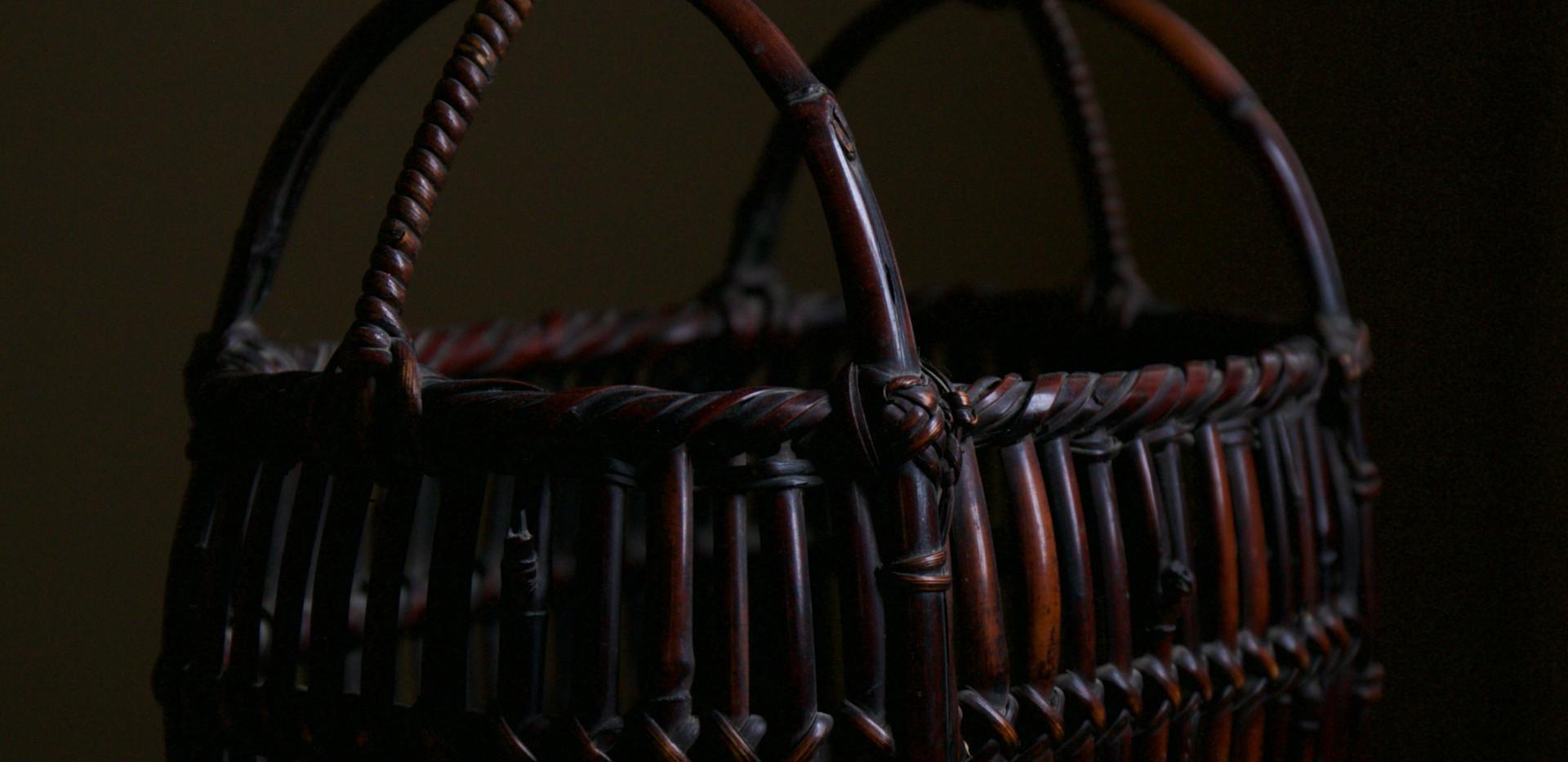 Tanabe Chikuunsai I Armor-shaped flower basket 02.jpg
