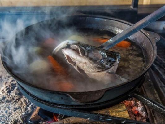 Уха из свежепойманной рыбы приготовленная на костре